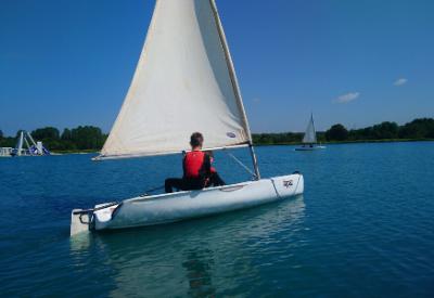 2 kids sailing